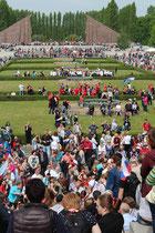Sowjetisches Ehrenmal Berlin Treptow: Überall Menschen mit Blumen und Fahnen am 9. Mai 2015. Foto: Helga Karl