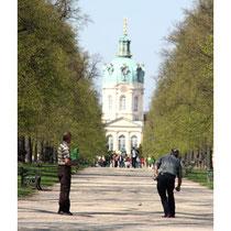 Südländisches Flair. Boccia-Spieler Schlossstrasse zum Schloss Charlottenburg. Foto: Helga Karl