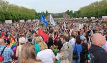 Übervoll mit Menschen mit Sankt-Georgs-Band und Blumen, das Sowjetische Ehrenmal am 9.Mai 2015. Foto: Helga Karl