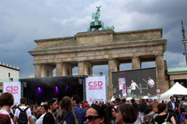 CSD Christopher Street Day Abschlusskundgebung am Brandenburger Tor Berlin. Foto: Helga Karl