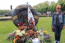 Voll Blumen mit Sankt-Georgs-Band, Rettungsring Denkmal Marine der Roten Armee. Eine rothaarige junge Frau läßt sich am 9.Mai 2015 fotografieren. Foto: Helga Karl, Sowjetisches Ehrenmal Berlin