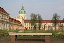 Schloß Charlottenburg, rechts Altes Schloss und links Große Orangerie. Foto: Helga Karl