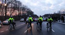 Polizistinnen auf Fahrrädern an der Spitze der Läufer. Olympialauf. Foto: Helga Karl