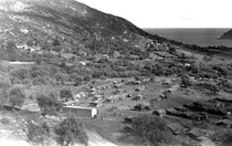 Le regroupement d'Aïn Zida au mois d'octobre 1960. A gauche, contruits en parpaings, le magasin et le café maure