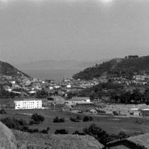 Collo vue de Bou Sebhâne (mai 1960). Au premier plan, à gauche, la gendarmerie, à droite, l'usine de liège