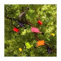 Gießkannen im Baum
