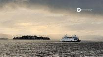 Mit der Fähre Richtung Konstanz an der Insel Mainau vorbei