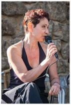 L'auteure Emmanuelle Urien répondant aux questions