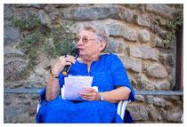 Violaine Baoubab présentant l'auteure Emmanuelle Urien