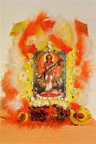 """""""Saraswati, Göttin des Wissens und der Künste"""": mit Federn, Glassteinen, Papier, Textil, Strohblumen, getrockneten Ringelblumen. € 90,-; 2.4.2015"""