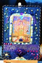 """""""Vishnu - die große Erscheinung"""": Materialrelief mit echtem Jasmin, Strohblumen, Glas, Steinen, Textilien. 20x25 cm. April 2015, € 75,-"""