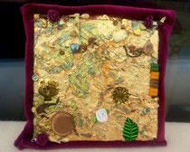 "Abstract Icon 2 ""Relative & Absolute"": Reliefmaterial auf Leinen (Blattgold, Textil, Holz, Papier, echte Jasminblüten, Henna, Pendants, Glassteine, Pailletten), 18x18 cm, April 2015"