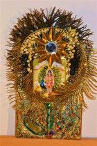"""""""Karttikeya - Shivas Sohn und eitler Herr des Kampfes"""". Tafelbild mit echtem Feingold, Gems (echten Steinen), getrockneten Jasminblüten, Pfauenfedern, Sonnenspiegel mit Holz; € 90,-; 2015"""