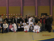 PHOTO DE GROUPE DU CLUB LE 25 FEV 2010 AVEC L EQUIPE DE FRANCE DE COMBATS