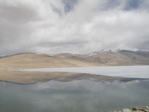 不思議な写真。氷、反射、雲、湖