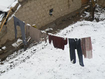 洗濯ものに雪が積もる
