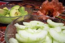 Gurken- und Avocadostücke fürdie Wraps