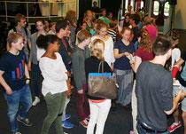Jubiläumseis-Coupon-Vergabe an die Klassensprecher