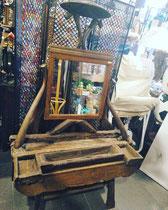 Tocador tailandés de madera con espejo.