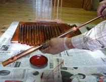 オリジナル横笛管内朱漆塗り作業