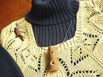 チョウゲンボウ(鷹)のブローチと トンビ笛