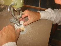 糸鋸での切り抜き作業