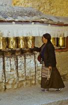 Old woman rolling the prayer wheels, Tashilhuenpo Monastery, Shigatse, Tibet 1993