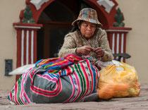 Frau beim Stricken. Puno, Peru