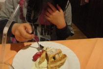 デザートはイチジクのワイン煮とリンゴのコンポートの入ったパイ。