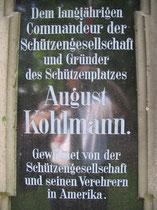 Inschrift auf dem Sockel des August-Kohlmann-Denkmal