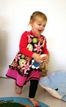 Opa's kleine meisje in een lief jurkje
