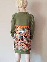 Achter:  jurkje van tricot. Artikelcode 122/128-023.