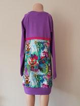 Achter: Dassen, jurkje van tricot. Artikelcode 122/128-018.