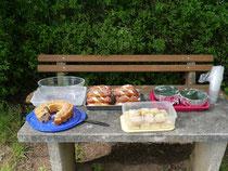 Patricia und Matthias versorgten die Reiter mit Getränken, leckerem Kuchen, Laugenstangen und Spundekäs.