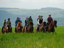 Der Wetterbericht verhieß nichts Gutes. Trotzdem machten sich elf Reiterpaare, mit Regenschutz ausgestattet, auf den Weg.