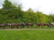 Am Monzinger Wandererheim legten die Reiter eine kleine Rast ein.