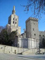 Papstpalast Avignon mit nebenstehender kath. Kirche