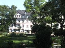 Sachsenhausen, Otto-Hahn-Pltz mit Park-/Grünanlage