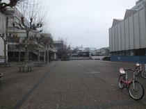 Campus, Blick vom Hauptgebäude; rechts Juridicum-Bibilothek, linkls das Gebäude der neuen Mensa und AStA