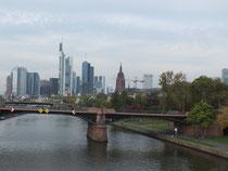 Frankfurt am Main: Blick auf das Bankenviertel von der Flößerbrücke aus gesehen