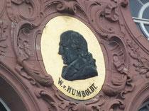 Bildnis Humboldt an der Front des Hauptgebäudes