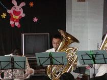 春から犬のおまわりさん。でも今は楽器紹介でぞうさんを演奏中!
