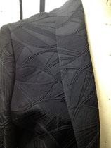 羽織の地柄は、光に当たるとまた印象が変わります。