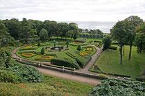 Im Garten von Dunrobin Castle wird 2x täglich eine Flugshow mit Adlern, Falken, Eulen und anderen Greifvögeln gezeigt.