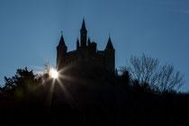 Die Burg Hohenzollern von der Auffahrt auf den Berg hoch fotografiert.