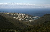 San Sebastián mit Teneriffa im Hintergrund. Der Teide überragt natürlich.