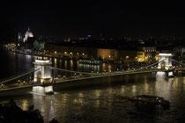 Blick von Buda auf die Kettenbrücke. Im Hintergrund am Donauufer ist das Parlamentsgebäude zu erkennen.