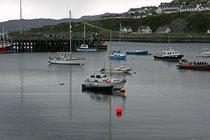 Boote im Hafen des Fischerdorfs Mallaig (Highlands).