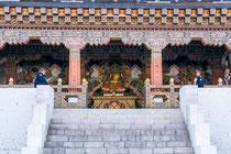Der Eingang des Dzongs ist gut bewacht.