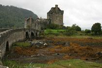 Die Burg wurde 1719 von englischen Fregatten zerstört und erst 1912-1932 wieder aufgebaut.